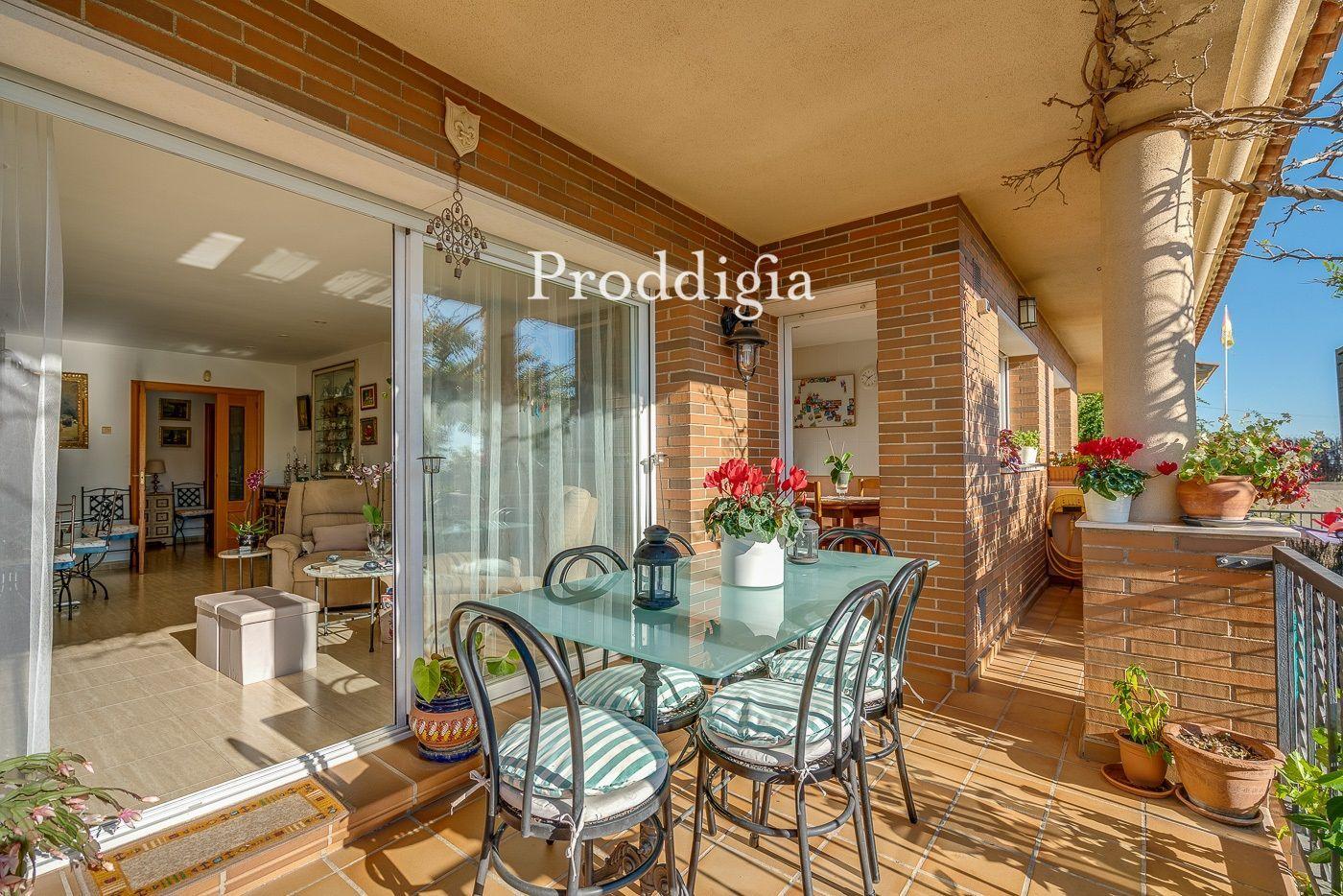 Magnífica casa adossada amb terrassa i jardí