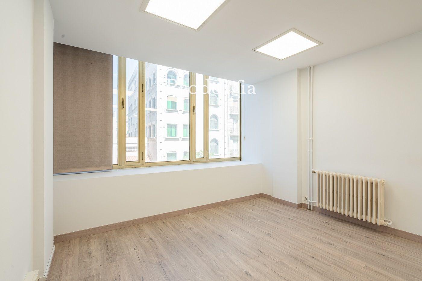 Oficina reformada en Travessera de Gracia con calle Tusset