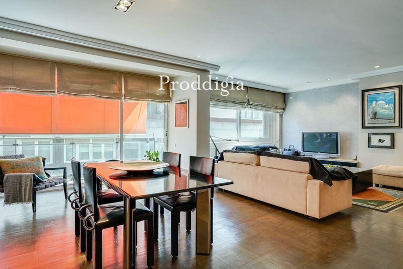 Pis de 240 m2 en bon estat, amb altura, balcó i pàrquing inclòs a la mateixa finca a 3 minuts de Plaça Molina