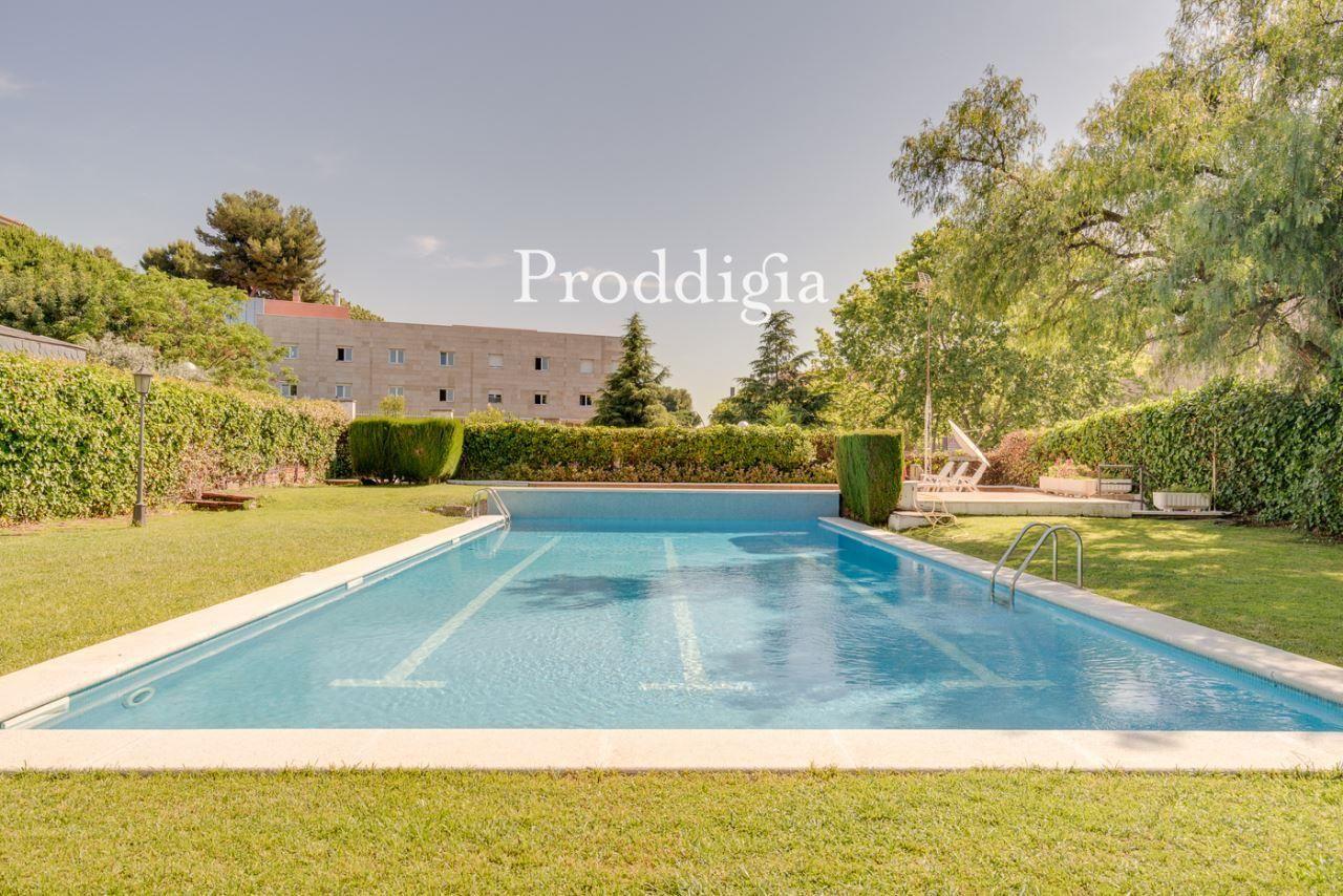 Casa con jardín privado, piscina y pista de tenis