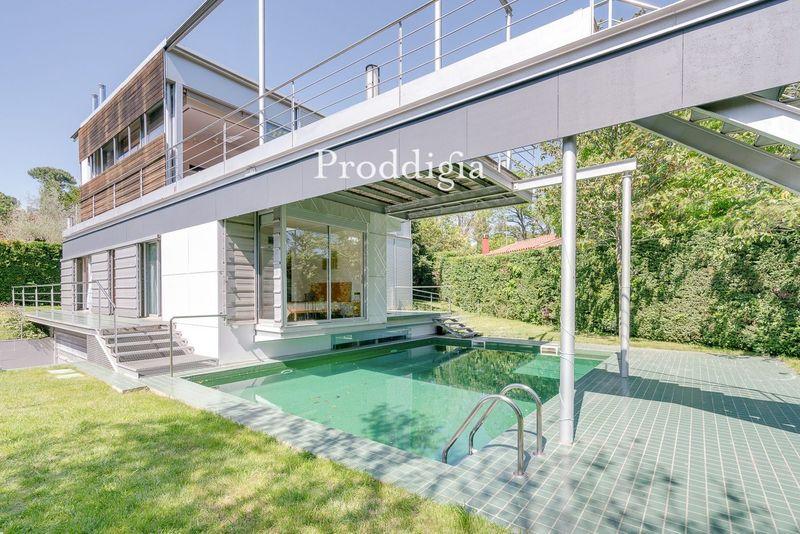 VISITA VIRTUAL. Casa unifamiliar de diseño con jardín y piscina junto al Parc Natural de Collserola