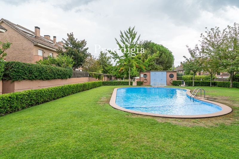 VISITA VIRTUAL. ¡Fantástica casa pareada con 2 piscinas junto a FGC!
