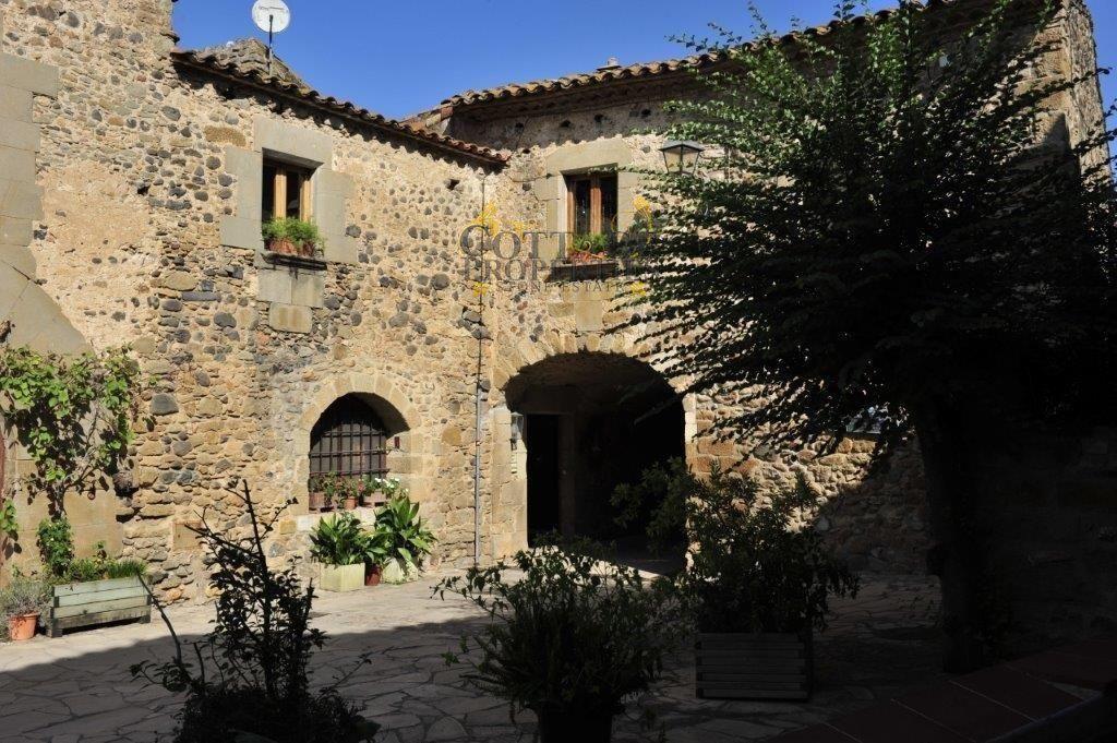 1348: Casas de pueblo in Pubol