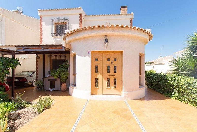 Chalet Pareado en venta  en Torrevieja, Alicante . Ref: 5808. Mayrasa Properties Costa Blanca