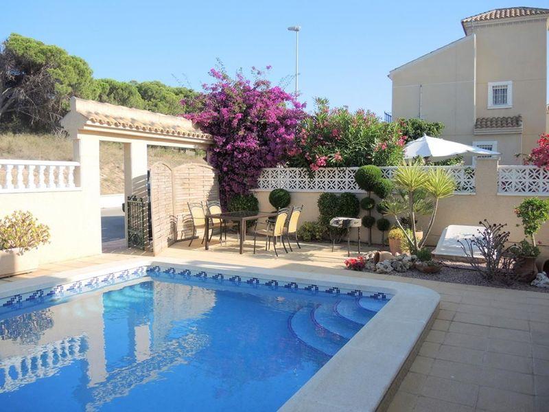 Chalet Independiente en venta  en Torrevieja, Alicante . Ref: 6162. Mayrasa Properties Costa Blanca