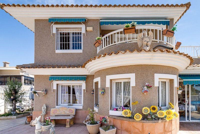 Chalet Independiente en venta  en Torrevieja, Alicante . Ref: 8241. Mayrasa Properties Costa Blanca